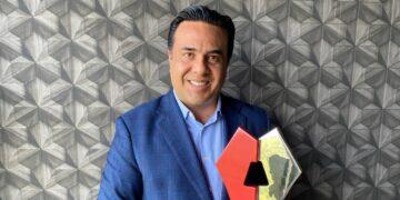 Recibe premio por ahorro de energía Luis Nava